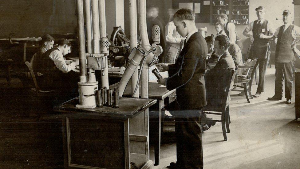 男子使用氣動管照片