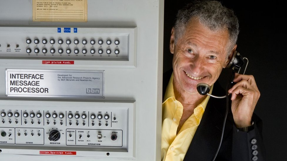 El profesor de ciencias de la computación Leonard Kleinrock con la primera IMP.