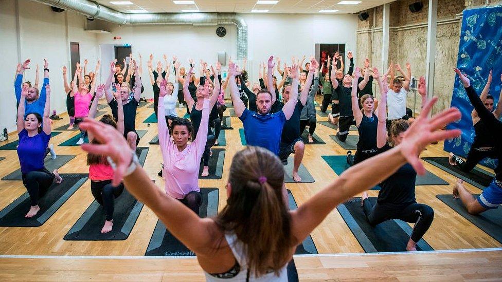 El yoga puede ayudarte a estirar y fortalecer músculos y mejorar la postura.