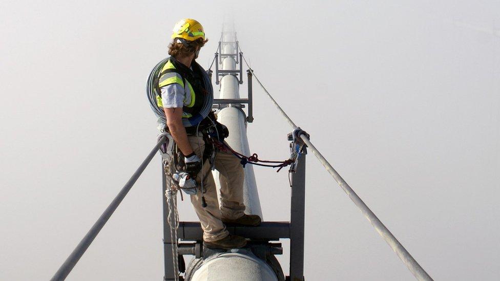 Hombre trabajando sobre un puente