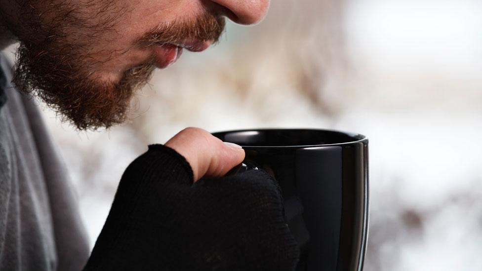 Hombre tomando un café