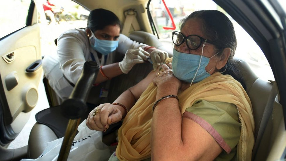 hindistanda aşı olan bir kadın.