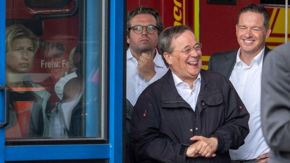 El líder de la CDU y primer ministro del estado de Renania del Norte-Westfalia, Armin Laschet, se ríe durante una visita a Erftstadt el 17 de julio