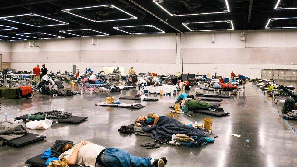 ناس يستلقون على الأرض