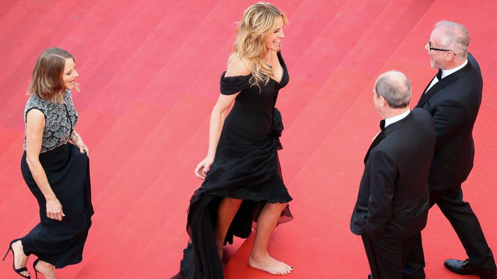La actriz Julia Roberts también caminó descalza sobre la alfombra roja de Cannes en 2016.