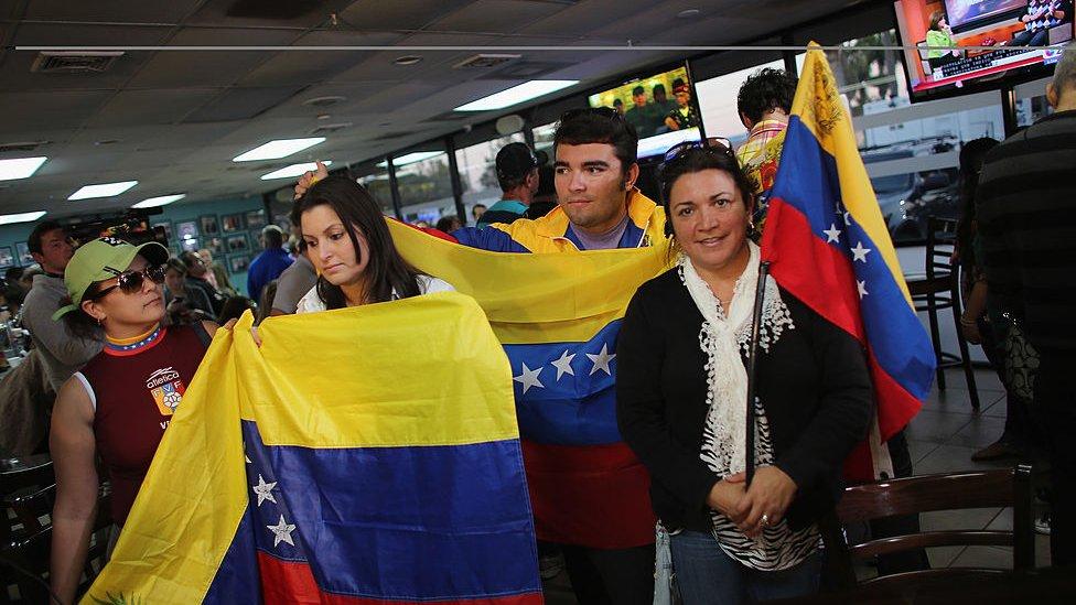Venezolanos en un restaurante en Miami tras la muerte de Hugo Chávez en 2013.