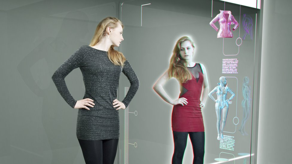 Una mujer se prueba ropa