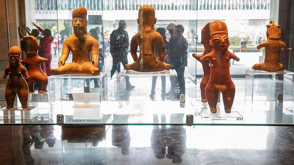 Una vitrina del Museo de Antropología