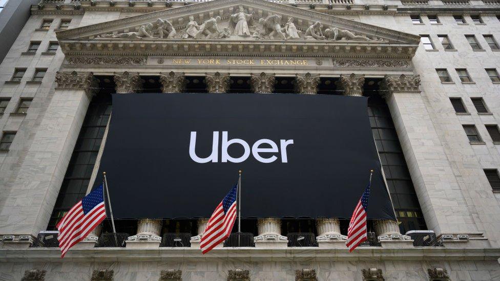 El logo de Uber frente a la Bolsa de Valores de Nueva York, en Wall Street