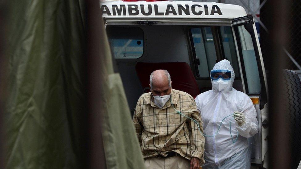 ambulanstan indirilen yaşlı bir hasta
