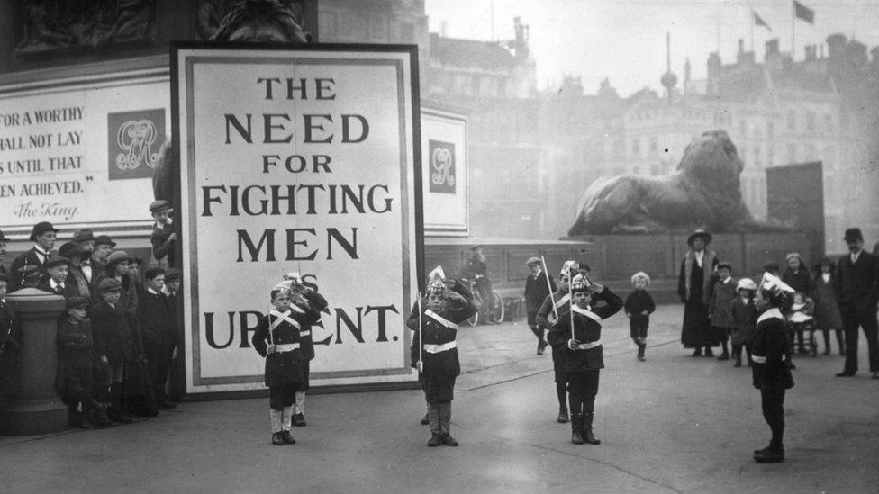 Reclutamiento de soldados en la Plaza de Trafalgar