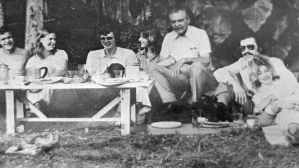 Mengele na ručku sa prijateljima