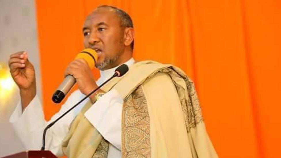 Xirsi Xaaji Cali Xasan oo aan ka waraysanay buuggiisa cusub ee 'Miyiga ilaa Madaxtooyada' - BBC News Somali
