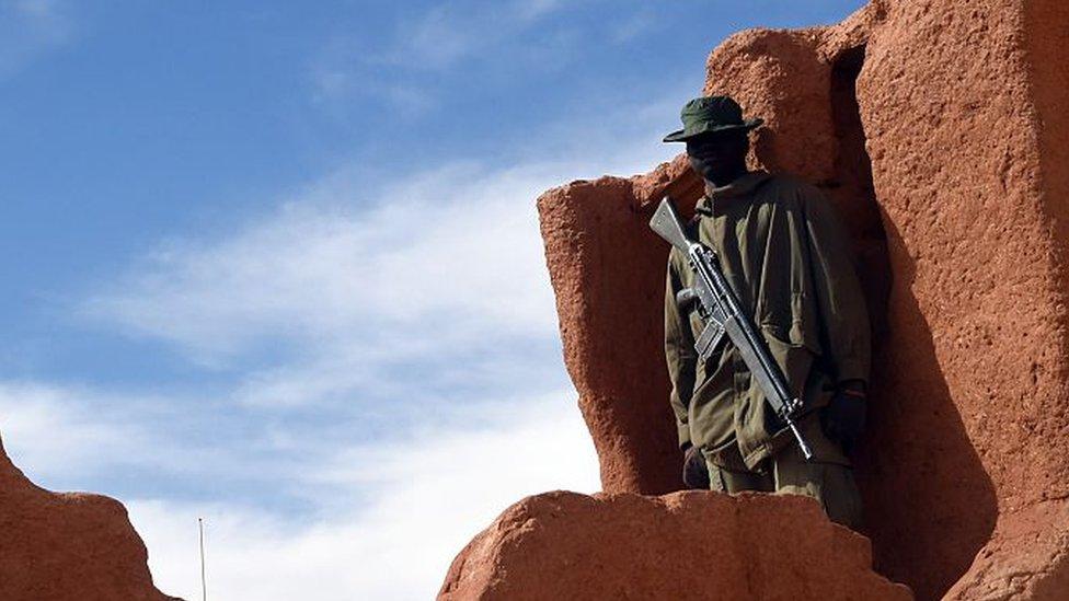 Soldado montando guardia