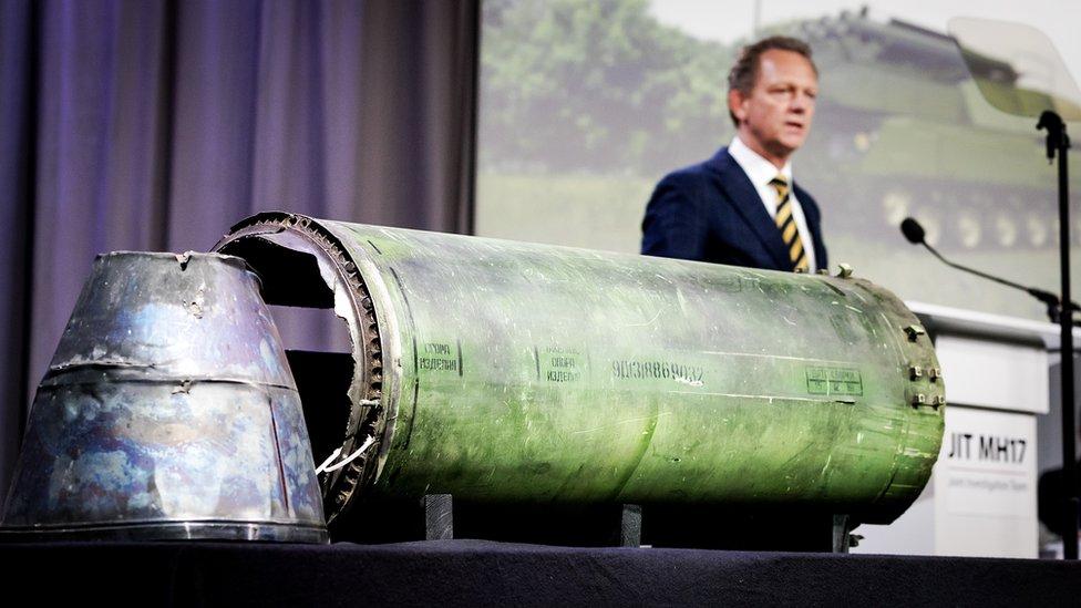 Pimpinan tim penyelidik Fred Westerbeke mengahdirkan bagian dari rudal BUK yang menghantam MH17 dalam sebuah konferensi pers tahun 2018.