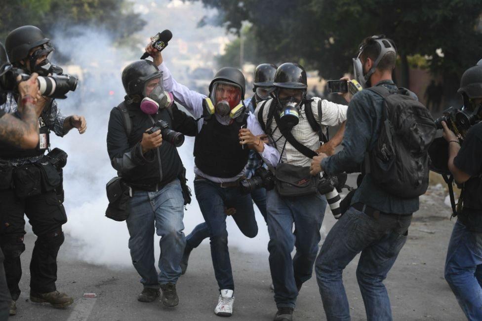 صحفي جريح يساعده آخرون أثناء تظاهرات في فنزويلا