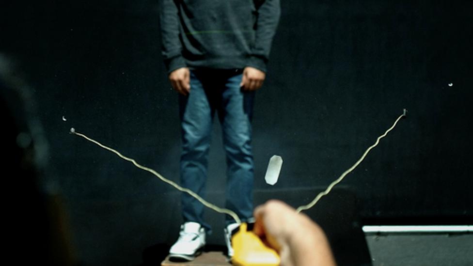 Imagen del dispositivo BolaWrap en uso con una persona de fondo