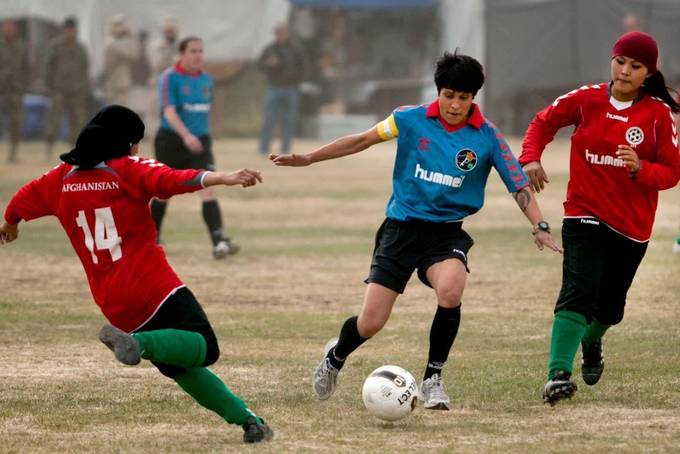 Sepak bola perempuan Afghanistan dalam pertandingan persahabatan melawan tim Pasukan Keamanan Intrnasional yang dipimpin NATO di Kabul, tahun 2010. Tim Afghan menang 1-0.