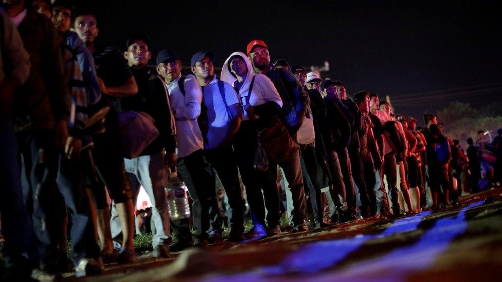 تتهم منظمات الحقوقية قرار ترامب بأنه ينتهك قانون الهجرة والجنسية الأمريكي