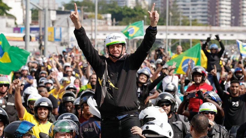 Bolsonaro cercado de motociclistas no Rio de Janeiro