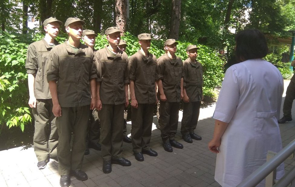 Ukrajinski vojnici u redu da se vakcinišu