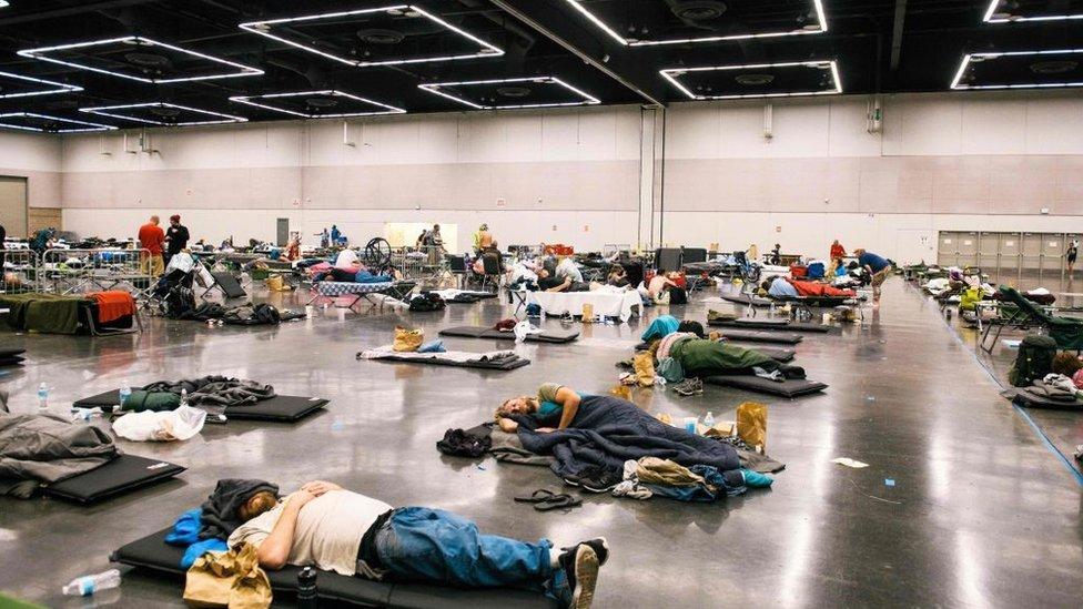 Gente descansando en la estación de enfriamiento del Centro de Convenciones de Oregón, Portland.