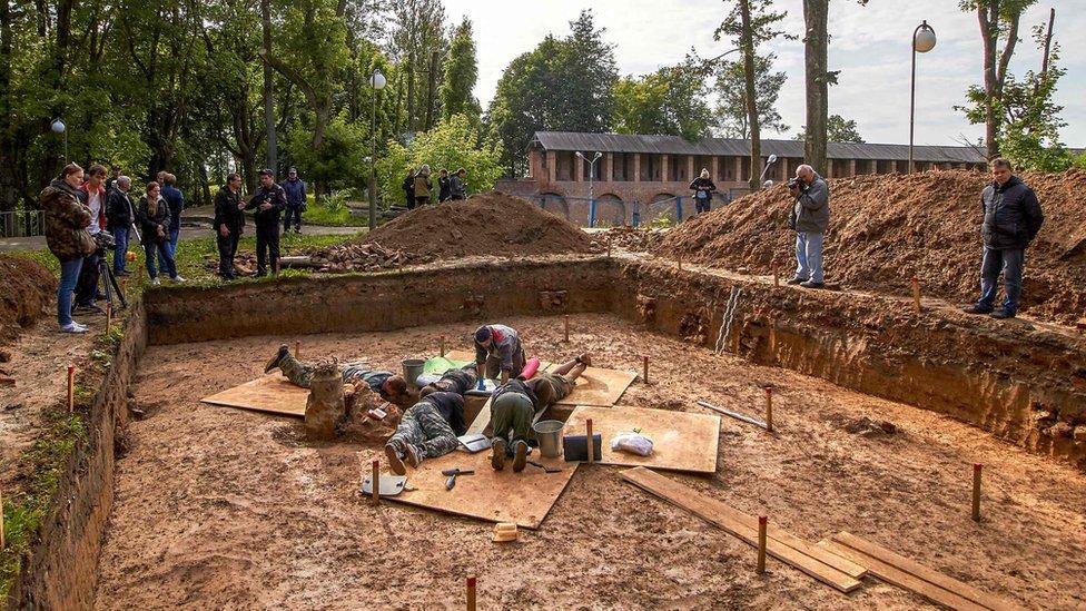علماء الآثار في موقع الدفن المفترض لغودان في مدينة سمولينسك