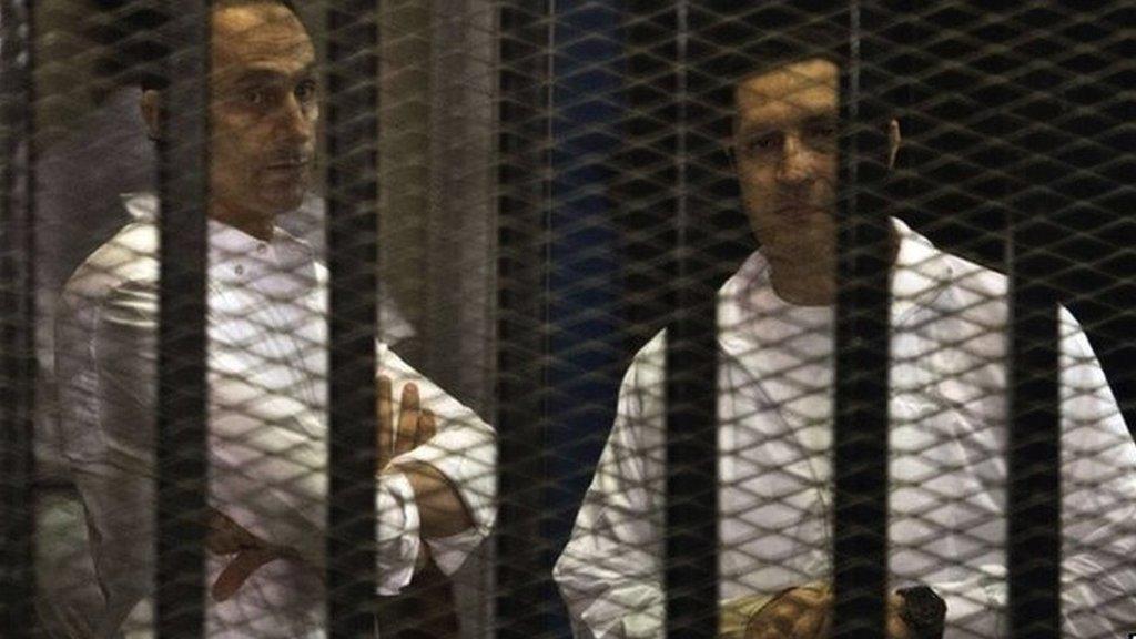 علاء وجمال مبارك قبل خروجهما من السجن