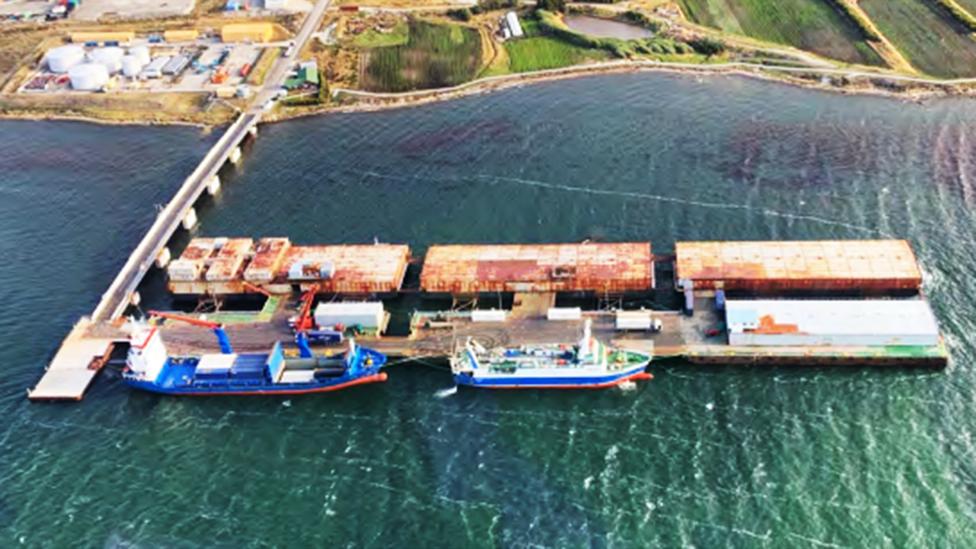 El actual puerto principal de las islas Malvinas/Falklands, construido en 1984, que será reemplazado en 2024.