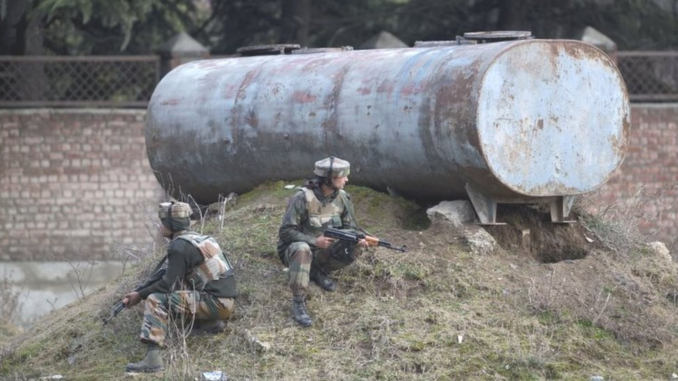 Indian soldiers take position near the site of the gun battle on the outskirts of Srinagar (20 February 2016)