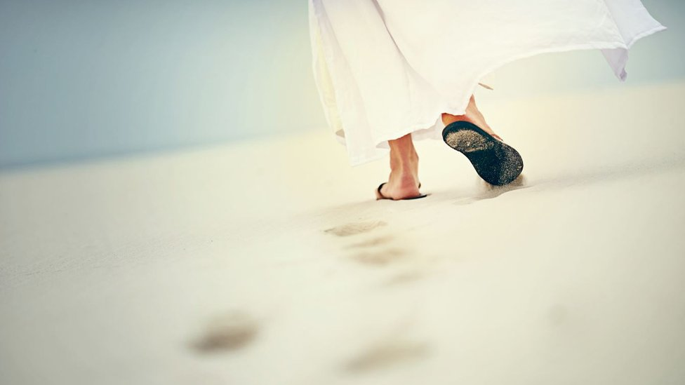 Un hombre caminando en el desierto