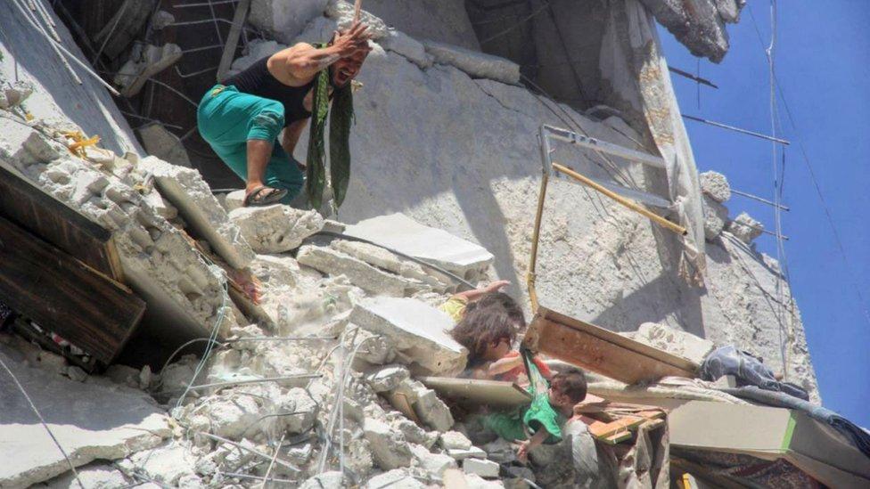 قيت الطفلة رهام حتفها بعد انقاذها لاختها الرضيقة توقة من غارة جوية استهدفت المبنى الذي يعيشون فيه