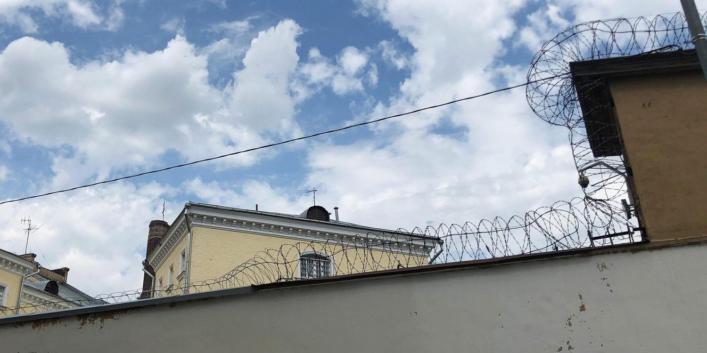 Visoki zid i bodljikava žica u zatvoru Lefortovo
