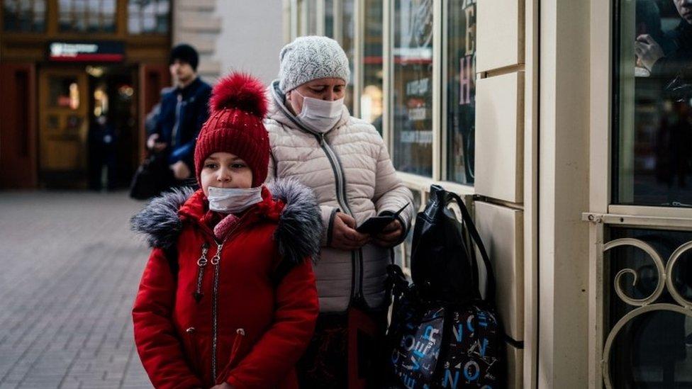 Una niña y una mujer con cubrebocas en Moscú