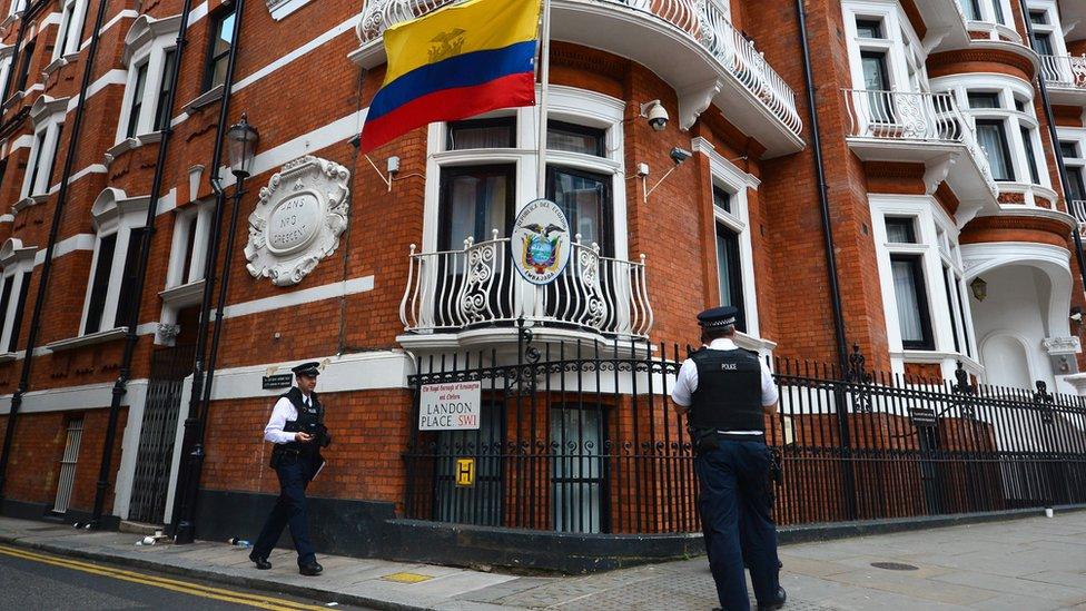 Policía británica frente a la embajada de Ecuador en Londres