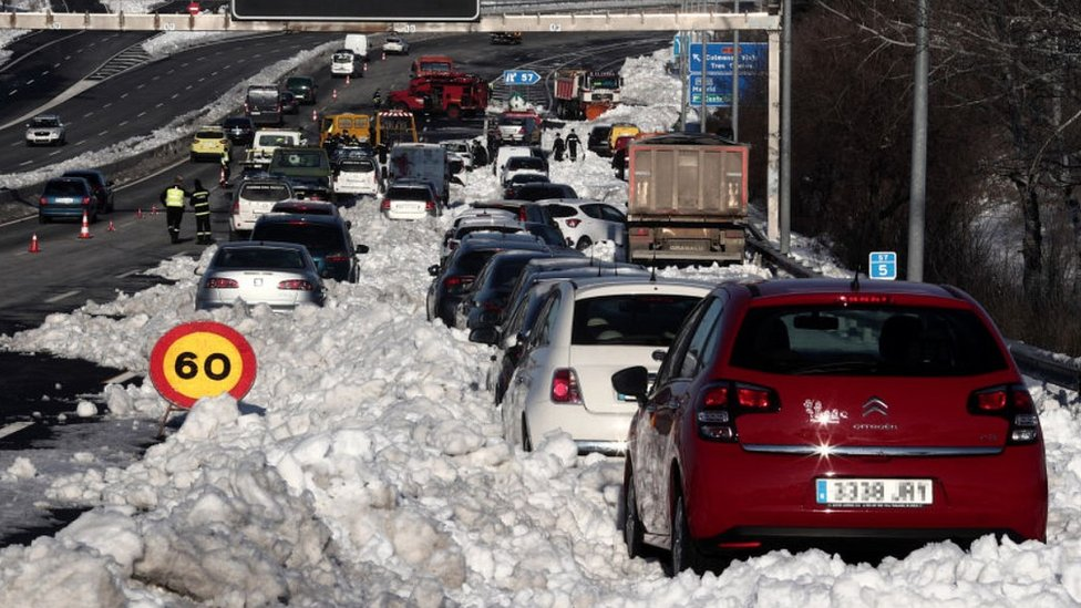 Cars stuck in snow on M-40, Madrid, 11 Jan 21