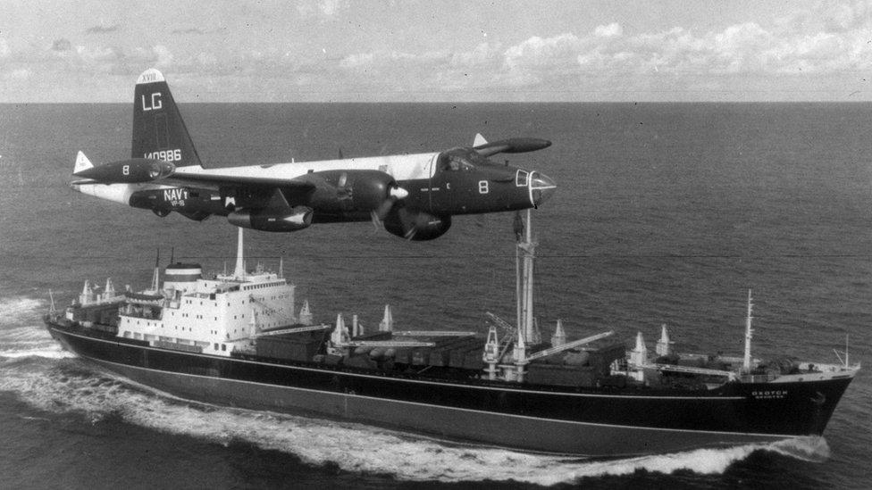 Avión estadounidense volando sobre un barco ruso
