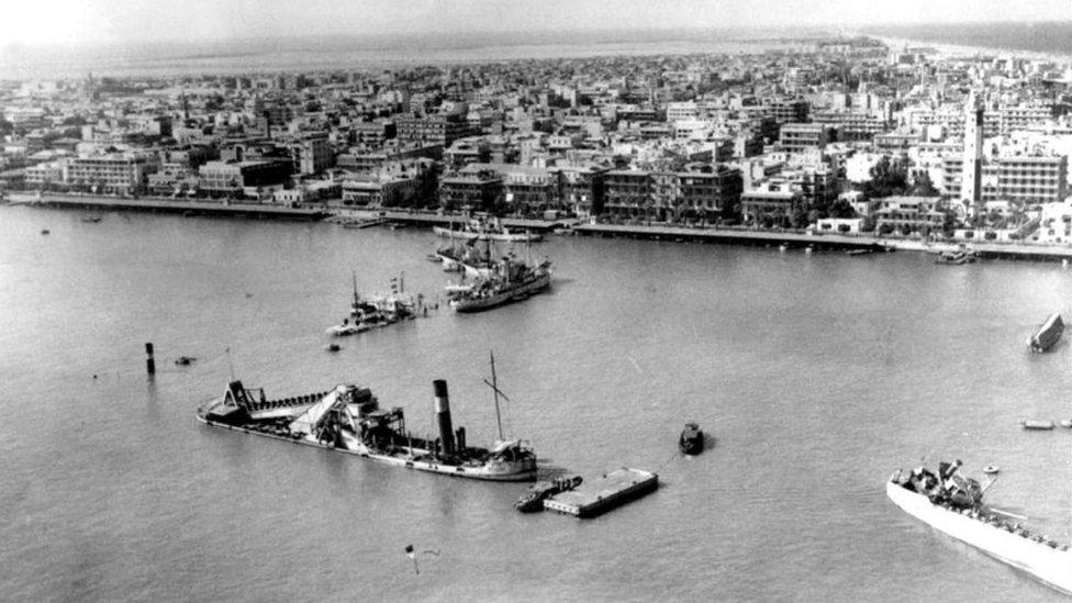 Barcos hundidos bloqueando la entrada al Canal de Suez durante la Guerra de los Seis Días