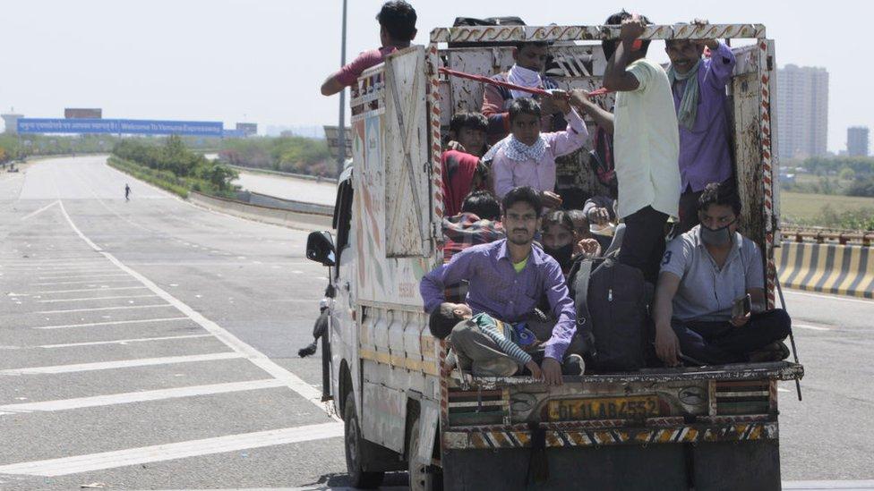 Trabajadores migrantes regresan a sus pueblos en una camioneta el 29 de marzo en en Noida, India