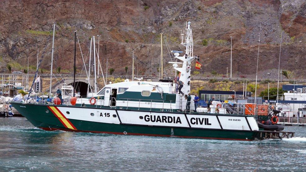 Barco de la guardia civil involucrado en la búsqueda de las niñas.