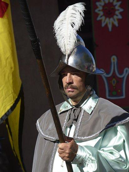 Participante en desfile de las ferias de Santa Fe, Nuevo México