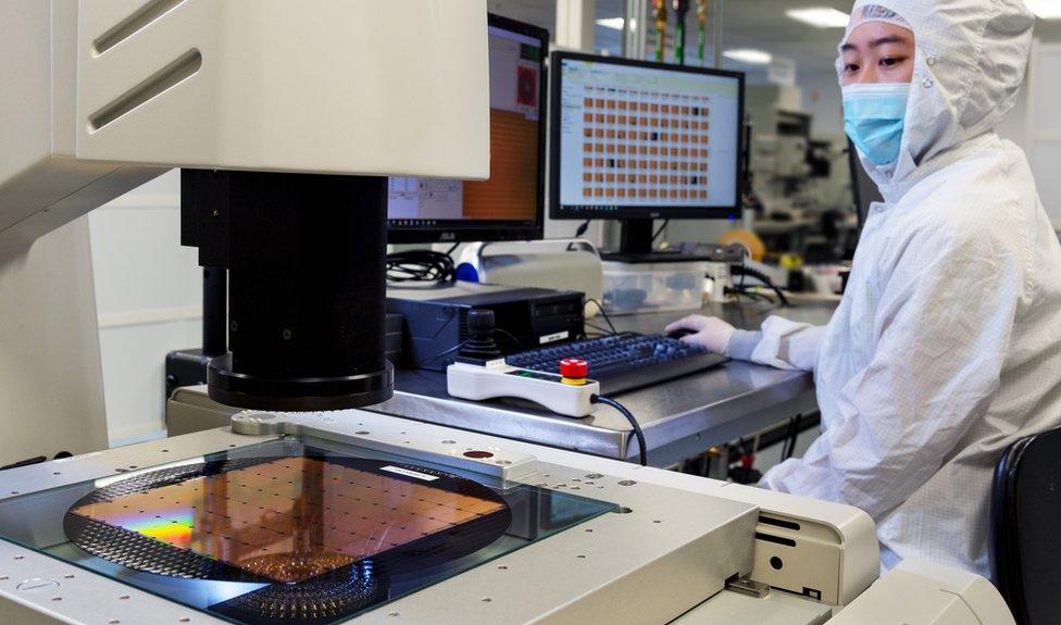Un trabajador de Cerebras Systems inspecciona el chip mientras es manufacturado.