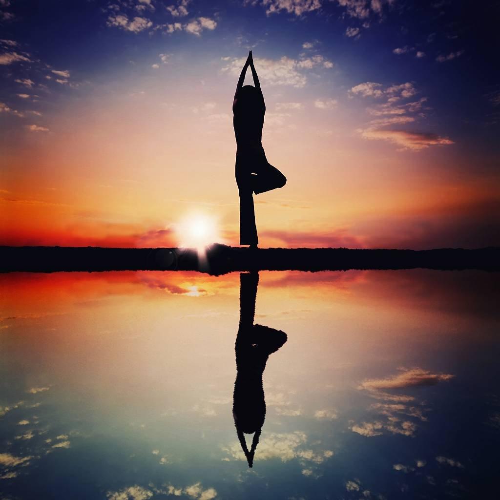 Posición de yoga en el atardecer