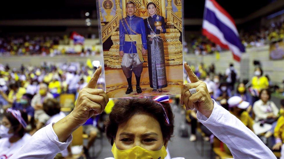 شخص يحمل صورة الملك