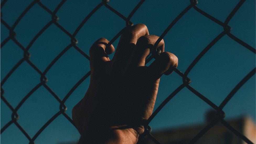 Mano de preso