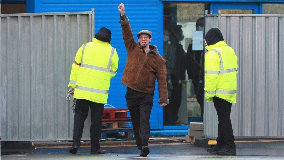 馬特·羅隔離期滿走出醫院被多家媒體拍到的畫面