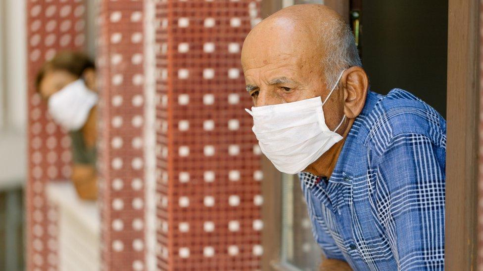 Personas mayores con mascarilla en la venta.