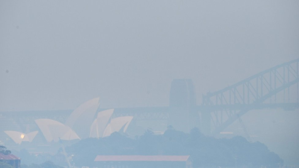 Sydney Opera House dan Harbour Bridge tertutup asap 1 November 2019.