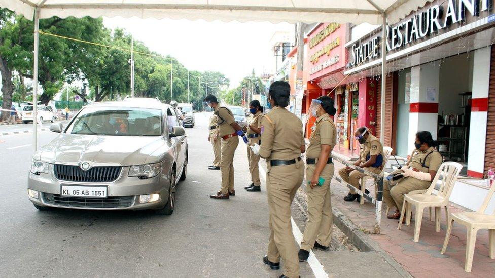 Policía haciendo controles.