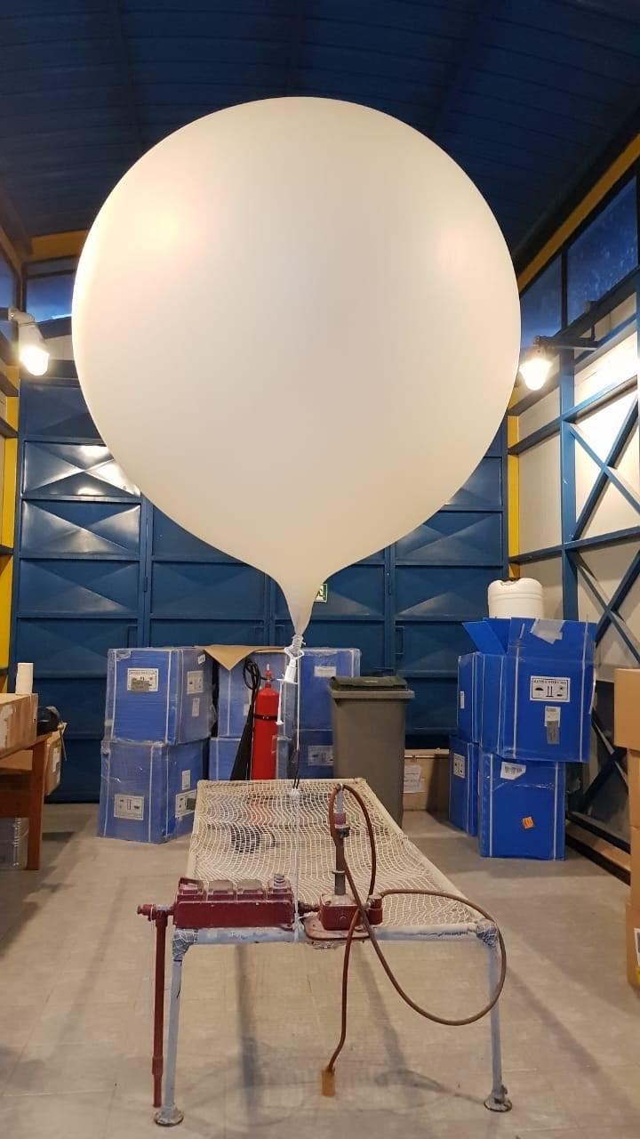 Globo sonda en la estación meteorológica de Puerto Montt, Chile.